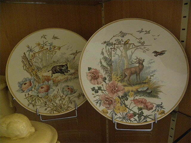 Two plates with flowers and animals.