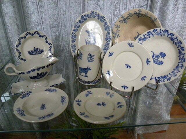 dinnerware set, blue decor.
